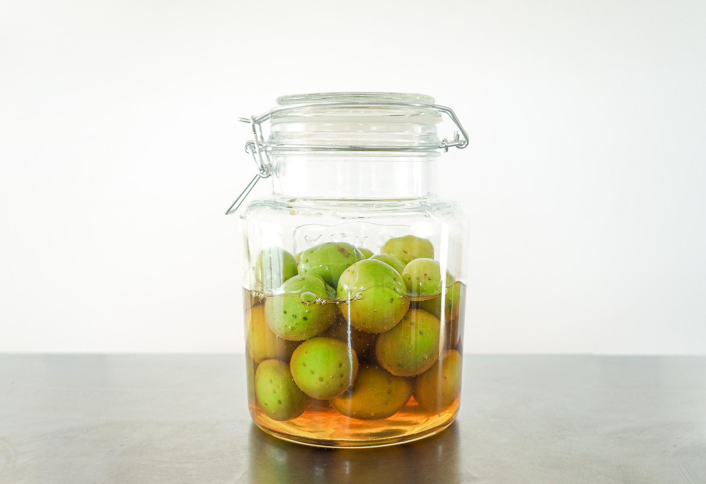 はじめての梅仕事。4.ビンを傾けながら回して、ハチミツが梅にまんべんなく行き渡るようにします。冷暗所で1ヶ月ほど保存します。