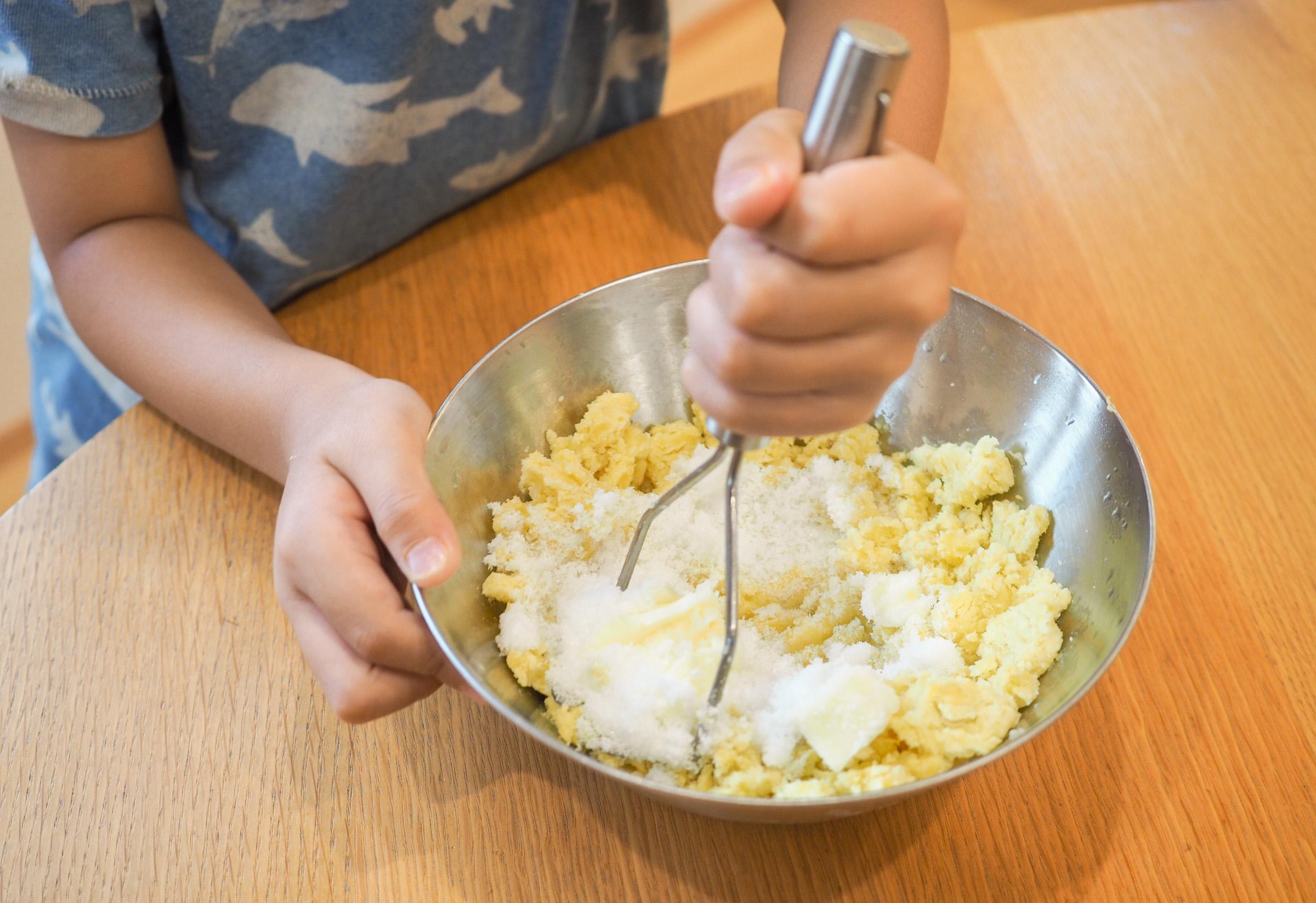 バターと砂糖を入れ、さらに潰しながら混ぜます。