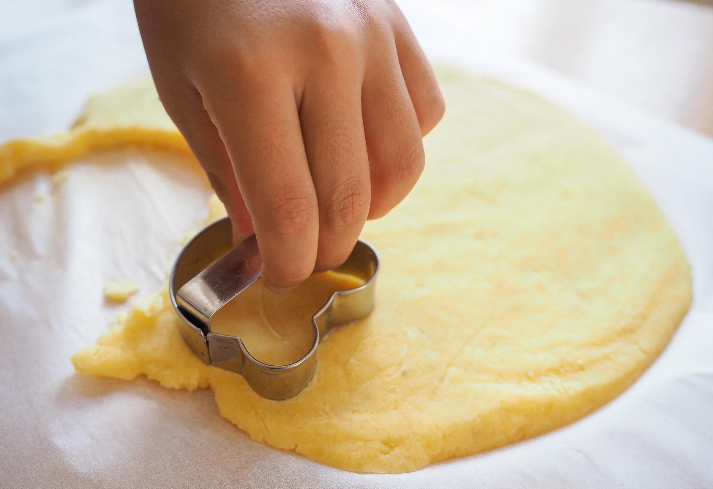 お好きなクッキー型を使って型抜きします。