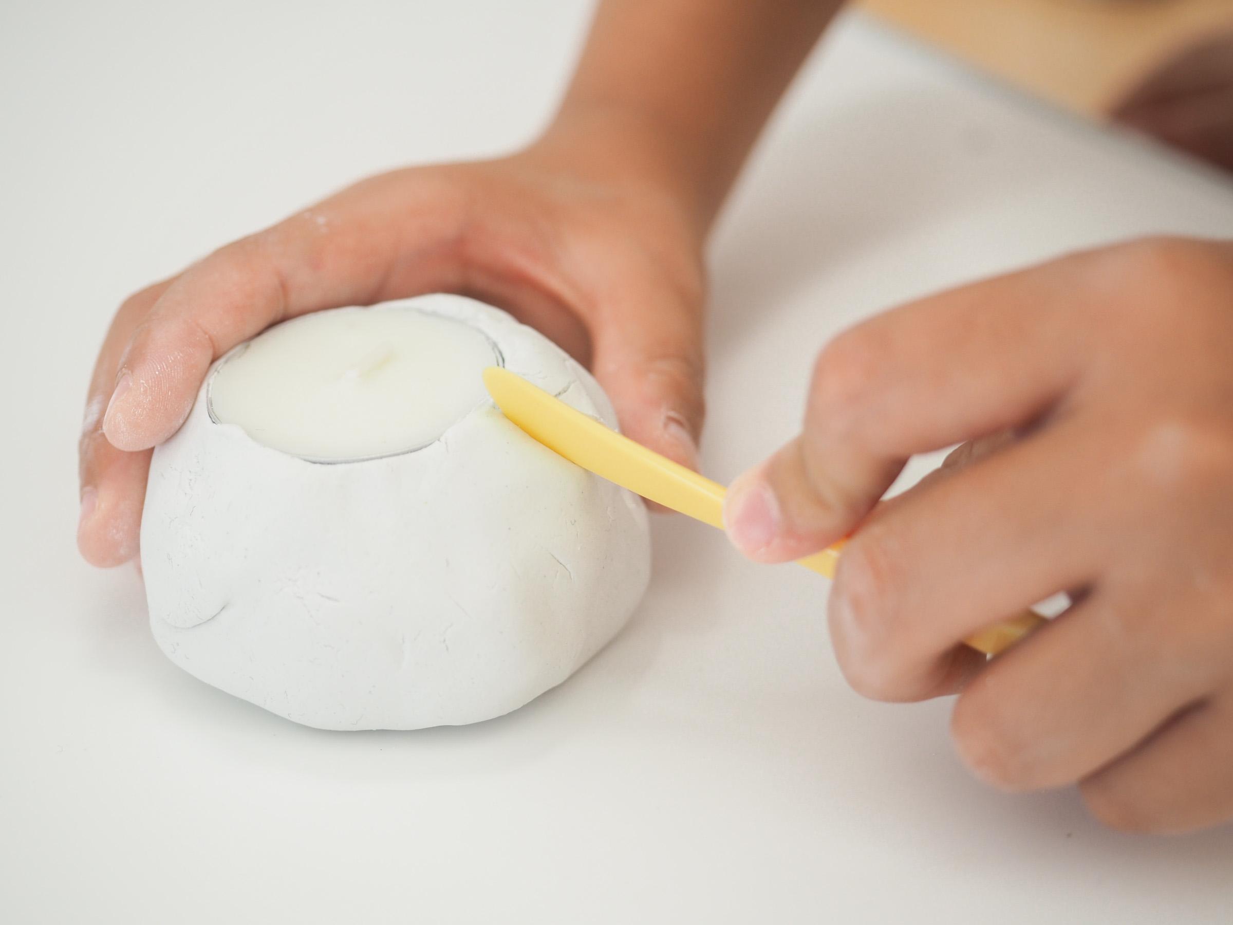 ヘラを使って、カボチャの溝を描いていきます。